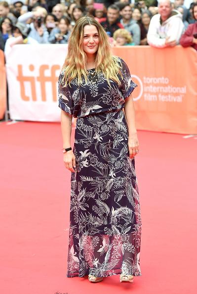 Drew Barrymore a fost feminină, dar ţinuta ei a părut de zi