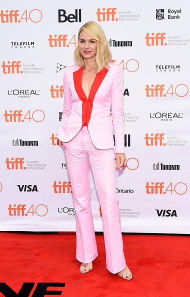 Naomi Watts a revenit cu o ţinută ce se voia modernă, însă pare un costum cheap