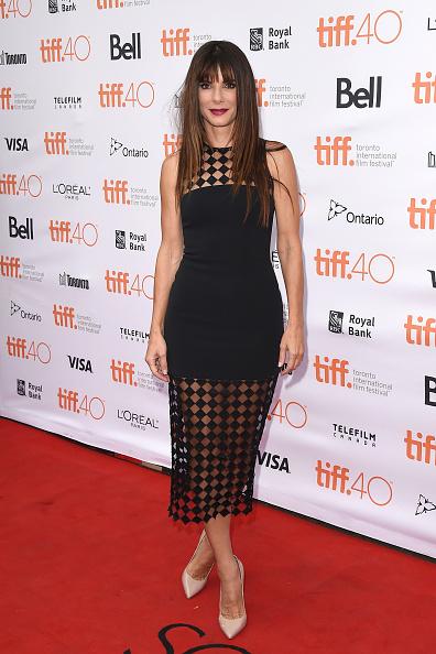 Sandra Bullock a fost foarte sexy şi elegantă, însă nu a epatat pe covorul roşu. Oricum, hot!