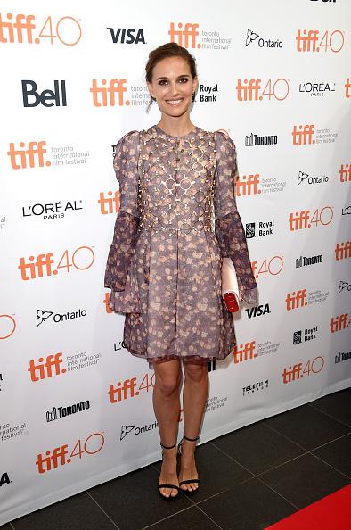 Natalie Portman într-o creaţie cu tematică florală
