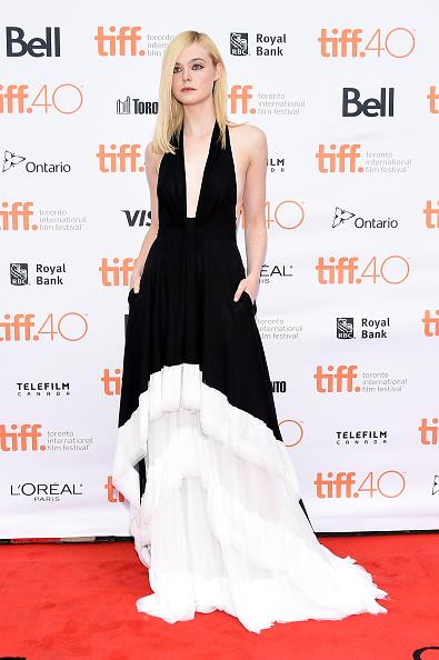 Elle Fanning a mizat pe combinaţia de alb şi negru