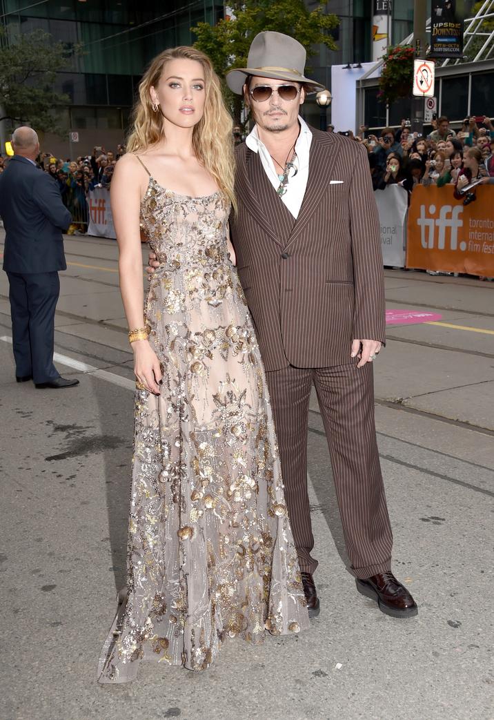 Cuplul şic pe covorul roşu la Toronto: Johnny Depp şi Amber Heard, în ţinute asortate