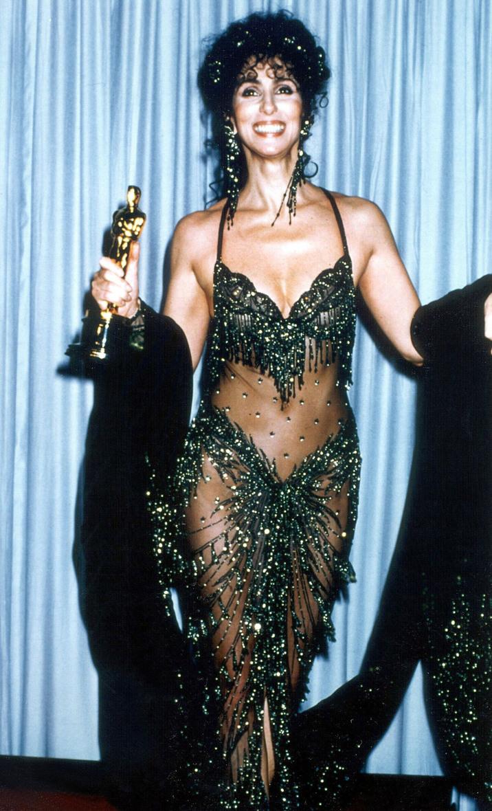 Cher şi Oscarul, într-o rochie cu mai puţin material decât şalul alăturat