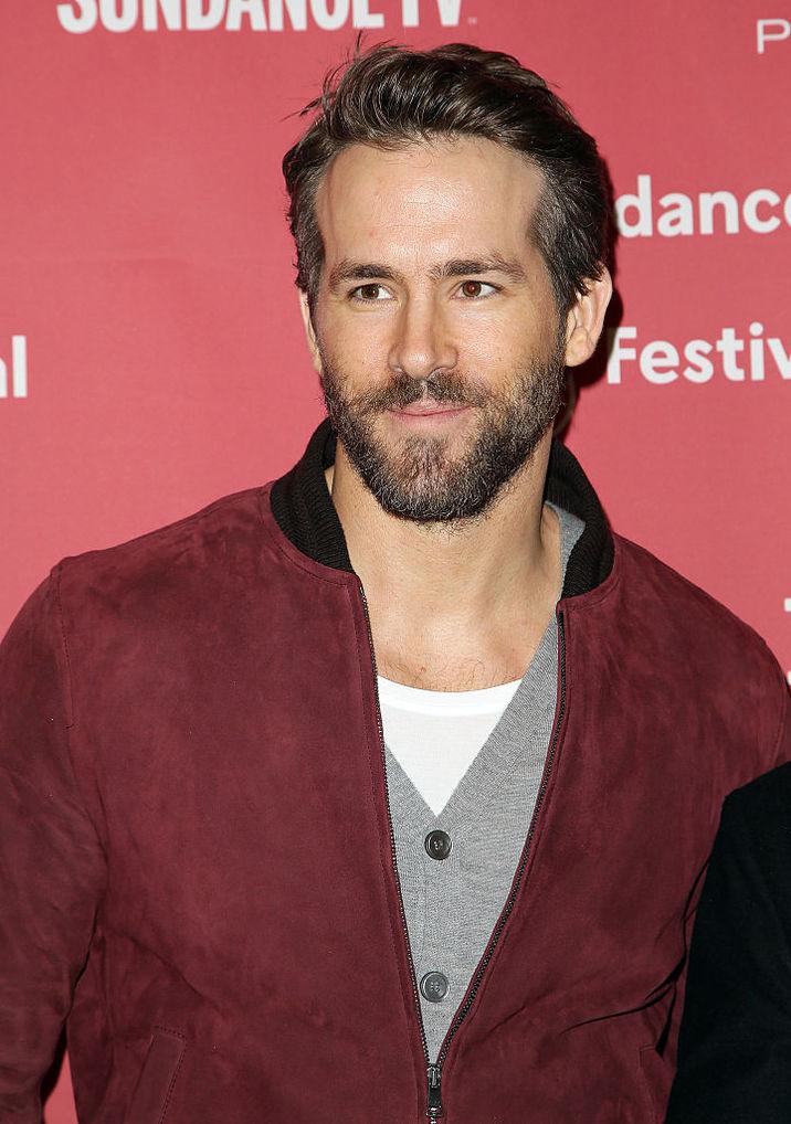 Ryan Reynolds arată superb cu barbă, în costume albastre şi vişinii