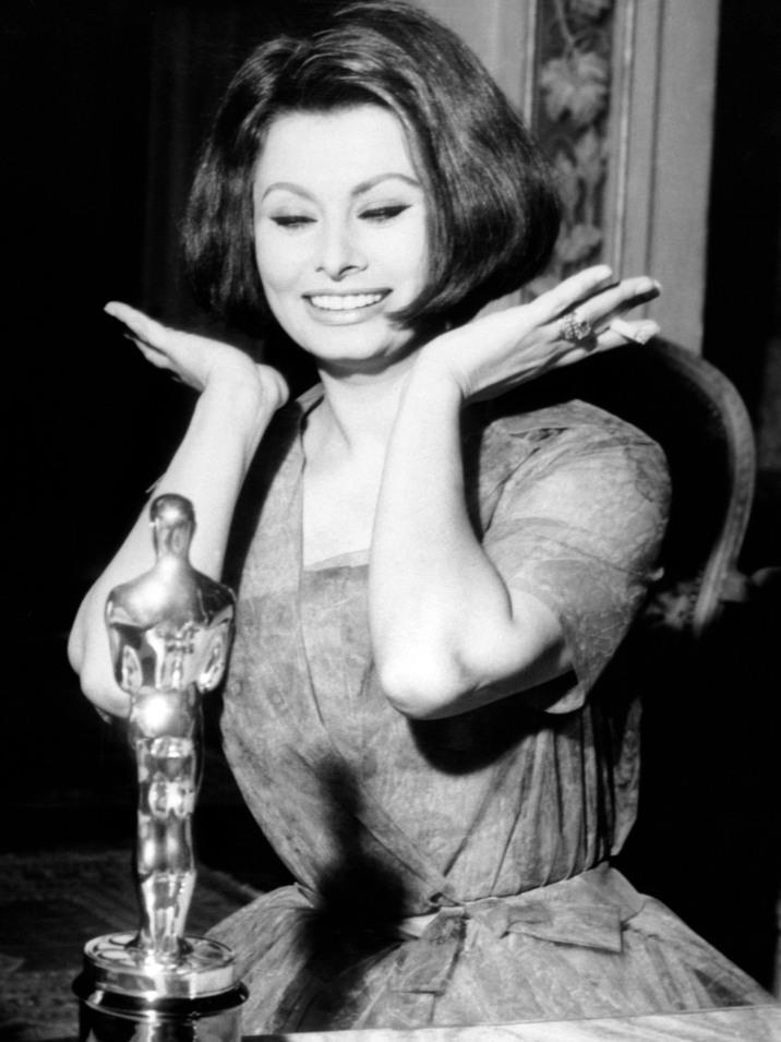 """1961. Sophia Loren cu Oscarul pentru """"Two Women""""."""