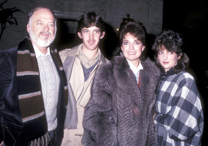De ochii lumii. Linda a încercat să pozeze în familia perfectă alături de Ed şi copiii Jeff şi Kehly.