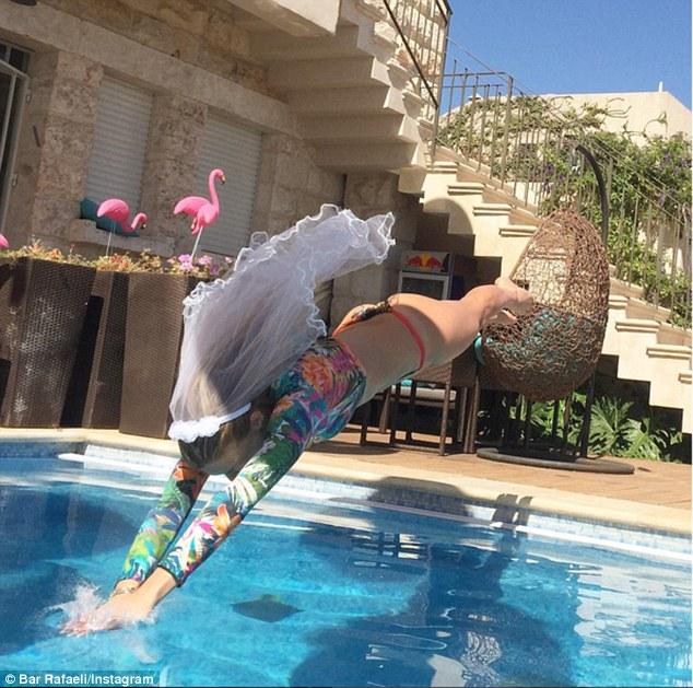 Blondina de 30 de ani s-a şi aruncat în piscină, cu tot cu voal