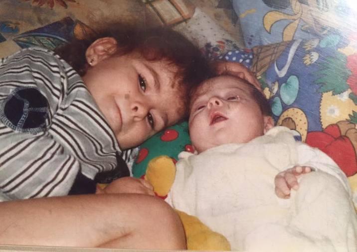 Rebeca şi Gloria, în copilărie.