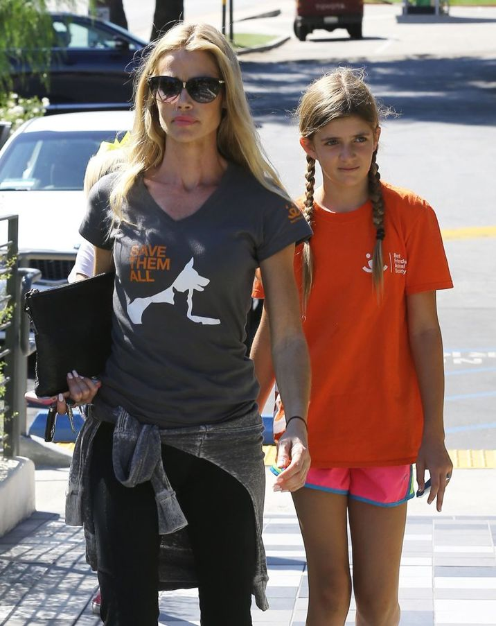 51875460 Actress Denise Richards takes her daughters Sam and Lolo out for lunch with one of their friends at Lovi's Delicatessen in Calabasas, California on October 10, 2015. Denise's other daughter Eloise was not with the family. FameFlynet, Inc - Beverly Hills, CA, USA - +1 (818) 307-4813