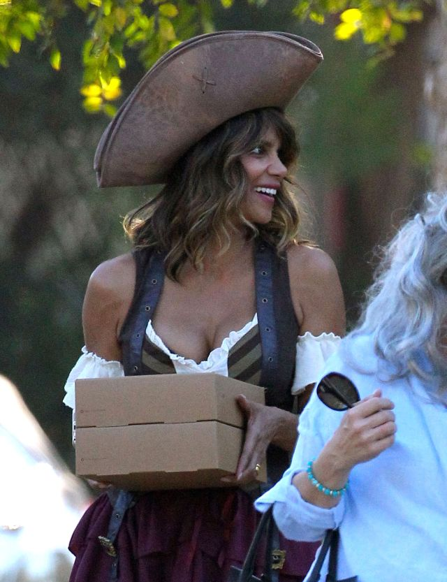 51896552 Los Angeles, CA - Halle Berry attends a neighborhood Halloween party in Los Angeles, dressed as a sexy pirate with her daughter Nahla who is a zombie cheerleader. October 31, 2015 FameFlynet, Inc - Beverly Hills, CA, USA - +1 (818) 307-4813 RESTRICTIONS APPLY: FRANCE ONLY