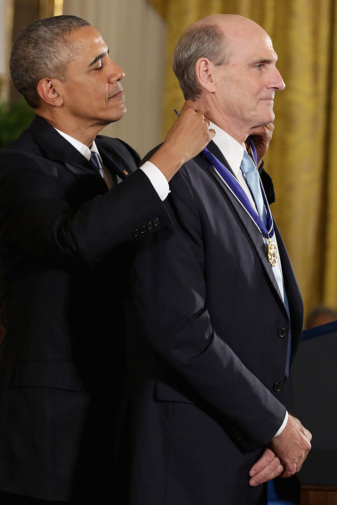 WASHINGTON, DC - NOVEMBER 24:  U.S. President Barack Obama presents singer ans songwriter James Taylor with the Presidential Medal of Freedom during a ceremony in the East Room of the White House November 24, Obama a dat medalia şi lui James Taylor, câştigător de Grammy
