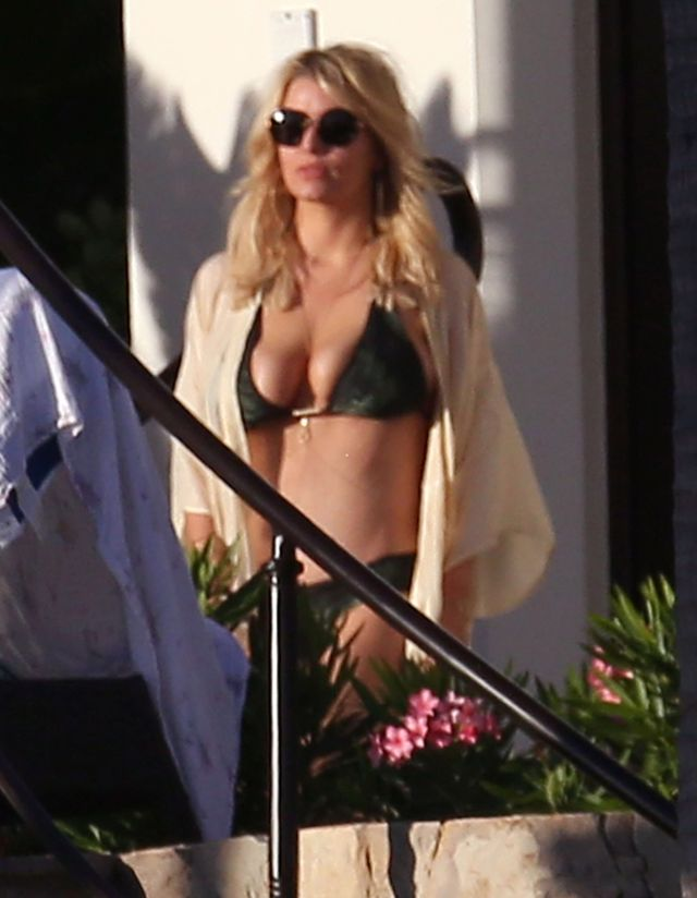 Exclusive... 51949785 Actress Jessica Simpson, her husband Eric Johnson, her sister Ashlee Simpson and her husband Evan Ross enjoying a day poolside while on vacation in Cabo San Lucas, Mexico on January 17, 2016. Jessica soaked up the sun and showed off her sexy bikini body. Eric enjoyed playing beer pong with friends before doing a cannonball into the pool Evan served everyone drinks while Ashlee took care of their daughter Jagger. FameFlynet, Inc - Beverly Hills, CA, USA - +1 (310) 505-9876