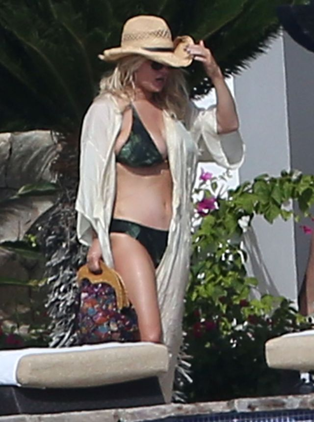 Exclusive... 51949791 Actress Jessica Simpson, her husband Eric Johnson, her sister Ashlee Simpson and her husband Evan Ross enjoying a day poolside while on vacation in Cabo San Lucas, Mexico on January 17, 2016. Jessica soaked up the sun and showed off her sexy bikini body. Eric enjoyed playing beer pong with friends before doing a cannonball into the pool Evan served everyone drinks while Ashlee took care of their daughter Jagger. FameFlynet, Inc - Beverly Hills, CA, USA - +1 (310) 505-9876