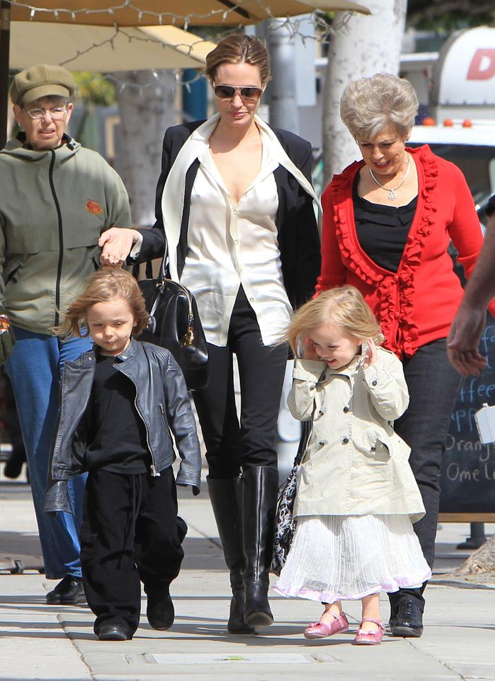 Angelina Jolie cu gemenii