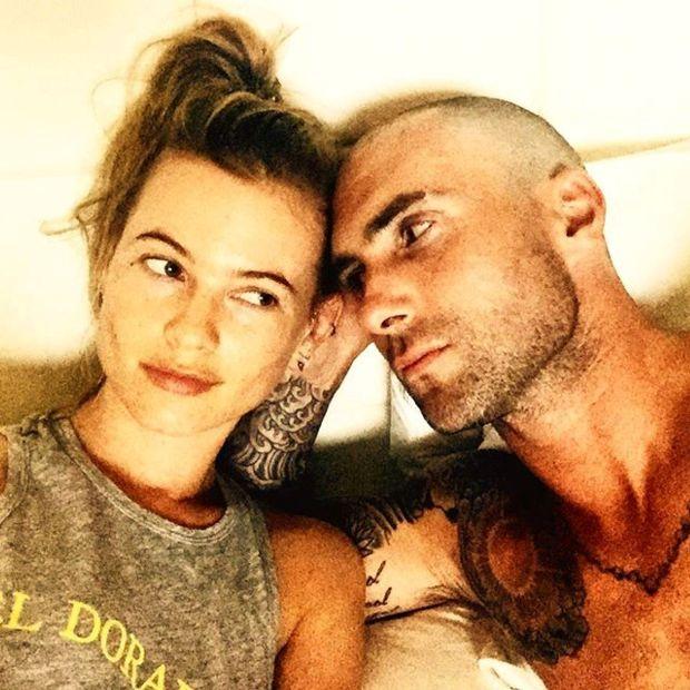 Adam şi soţia sa, Behati Prinsloo, în septembrie, cu puţin timp înainte să se radă de tot