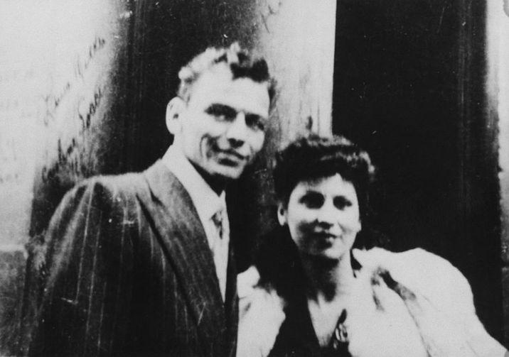 Actorul şi muzicianul Frank Sinatra (1915 - 1998) cu prima soţie, Nancy Barbatto