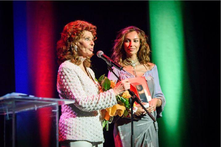 La TIFF, Mădălina i-a înmânat Premiul pentru Întreaga Carieră Sophiei Loren.