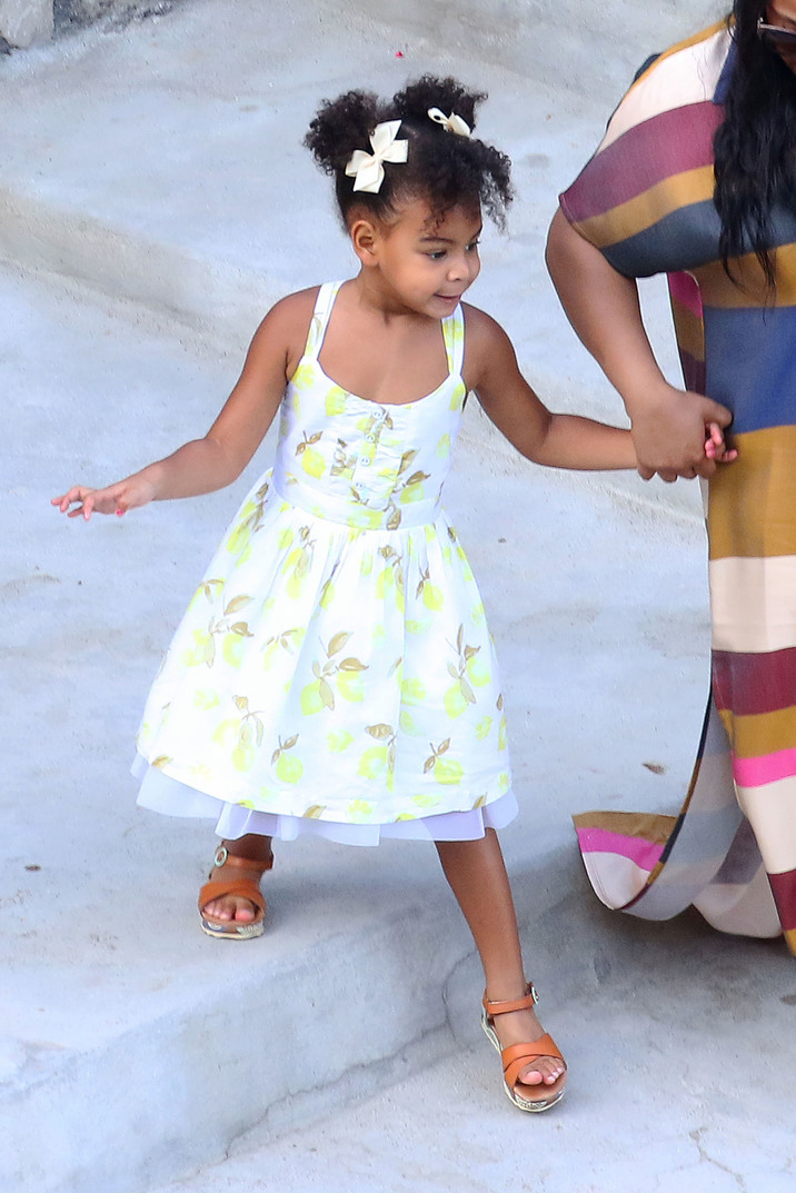 51846378 Singer Beyonce Knowles, her husband Jay-Z, and their daughter Blue Ivy stop to grab some lunch while enjoying a day of yachting in Amalfi Coast, Italy on September 10, 2015. Also along for the trip was singer Kelly Rowland, her husband Tim Witherspoon, and their son Titan. FameFlynet, Inc - Beverly Hills, CA, USA - +1 (818) 307-4813 RESTRICTIONS APPLY: USA ONLY