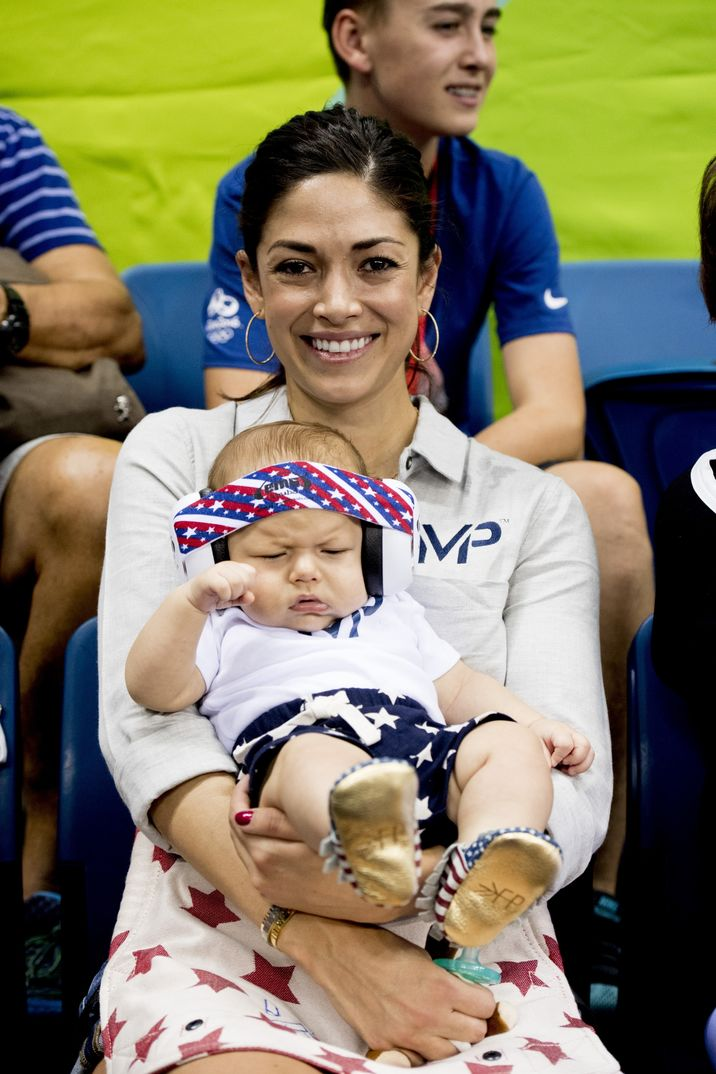 Nicole Johnson mit Sohn Boomer Phelps am Rande der Schwimmwettbewerbe im Publikum im Rahmen der Olympischen Spiele in Rio de Janeiro / 080816 ***Nicole Johnson, partner of Michael_Phelps pose with their son Boomer at the Olympic Aquatics Stadium during the Rio 2016 Olympic Games in Rio de Janeiro, august 8th, 2016***