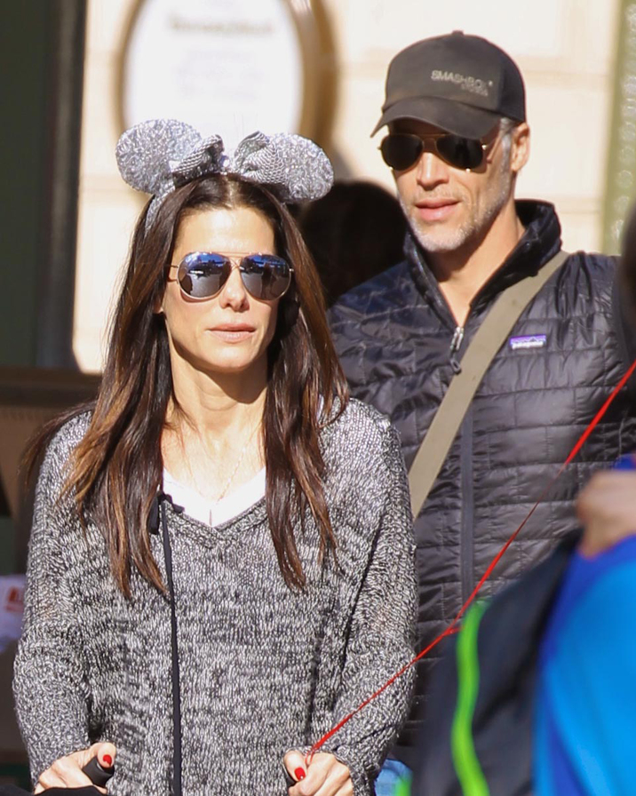 EXCLUSIVE: ** PREMIUM EXCLUSIVE RATES APPLY**Sandra Bullock spends the day at Disneyland with Bryan Randall photographs taken on December 12th 2015 Pictured: Sandra Bullock and her boyfriend Brian Randall Ref: SPL1196166  151215   EXCLUSIVE Picture by: Boggs / Splash News Splash News and Pictures Los Angeles:310-821-2666 New York:212-619-2666 London:870-934-2666 photodesk@splashnews.com