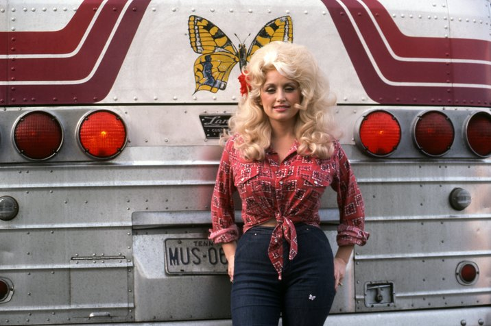 DETROIT - SEPTEMBER 1977:  Country Singer Dolly Parton poses for a portrait by her tour bus before performing in September 1977 in Detroit, Michigan. (Photo by Michael Marks/Michael Ochs Archives/Getty Images)