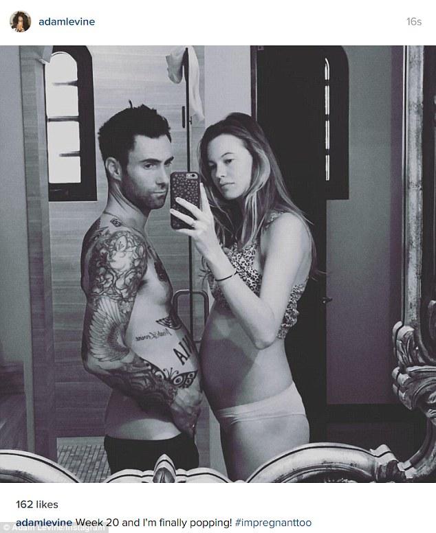 """Adam Levine a pozat """"însărcinat"""", alături de soţia sa, gravidă cu primul lor copil."""