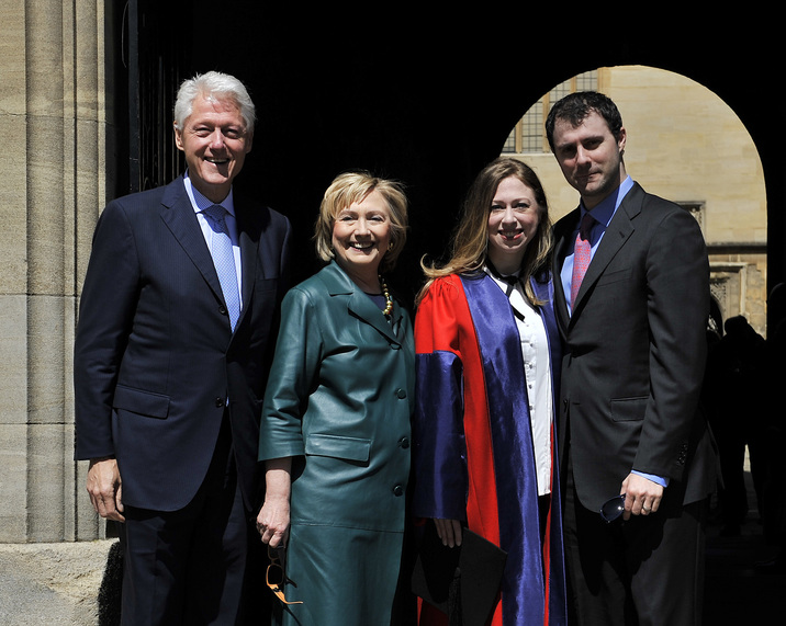 Chelsea Clinton bekommt  Doktortitel der Oxford Universität ... Hier mit ihren Eltern Bill und Hillary Clinton und Ehemann Marc Mezvinsky / 100514 *** L TO R Former US President Bill Clinton,  his wife, former United States Secretary of State, Hillary Clinton, Chelsea Clinton and  Marc Mezvinsky, husband of Chelsea Clinton, at Radcliffe Square in Oxford where Chelsea Clinton graduated today (Sat) receiving a doctorate degree in international relations from Oxford University, May 10, 2014 - Oxford, Oxfordshire, UK - Oxford, UK***
