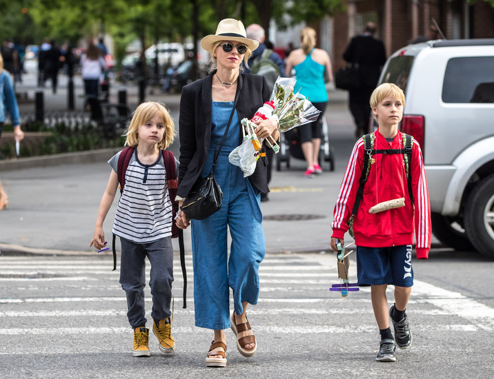 52070410 Actress Naomi Watts spotted out with her son Alexander and Samuel in New York City, New York on May 23, 2016. She stopped for some flowers before buying her sons a hot dog at a corner hot dog stand. FameFlynet, Inc - Beverly Hills, CA, USA - +1 (310) 505-9876