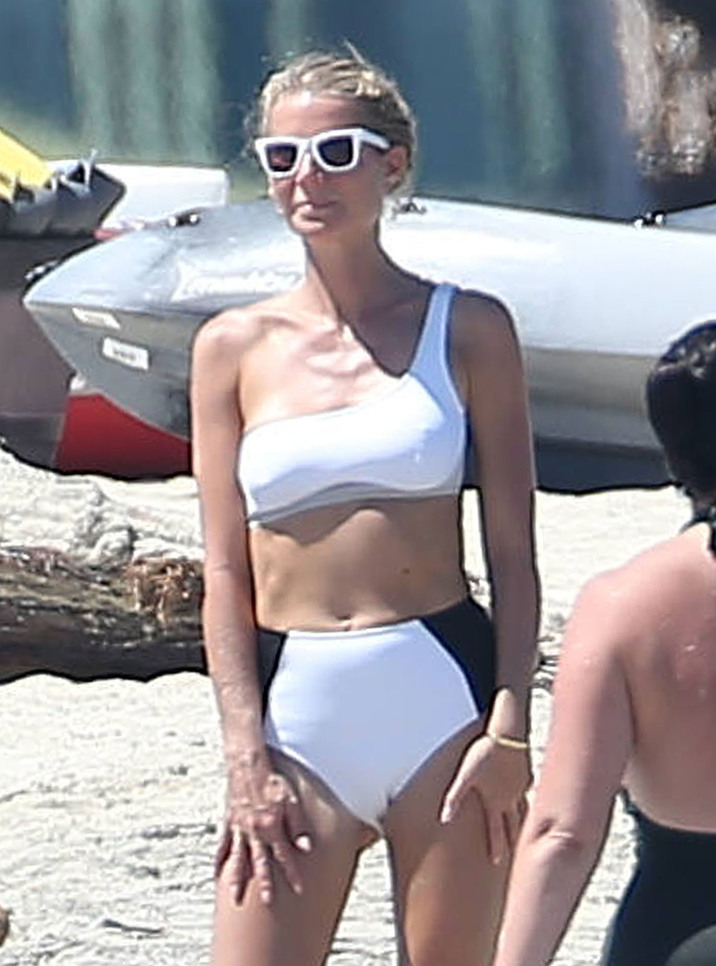 Exclusive... 52188251 Actress Gwyneth Paltrow shows off her bikini body while enjoying a day on the beach in Cabo, Mexico with friends on September 27, 2016. The mother of two is currently in Cabo celebrating her 44th birthday. ***NO USE W/O PRIOR AGREEMENT - CALL FOR PRICING*** FameFlynet, Inc - Beverly Hills, CA, USA - +1 (310) 505-9876