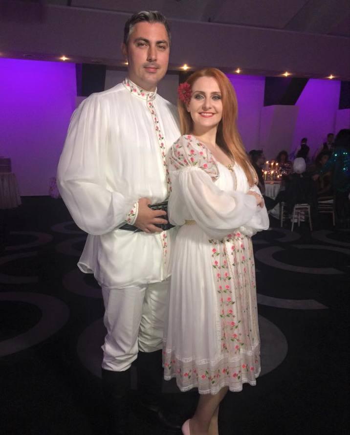 Alexandru Ciucu si Alina Sorescu in costume populare