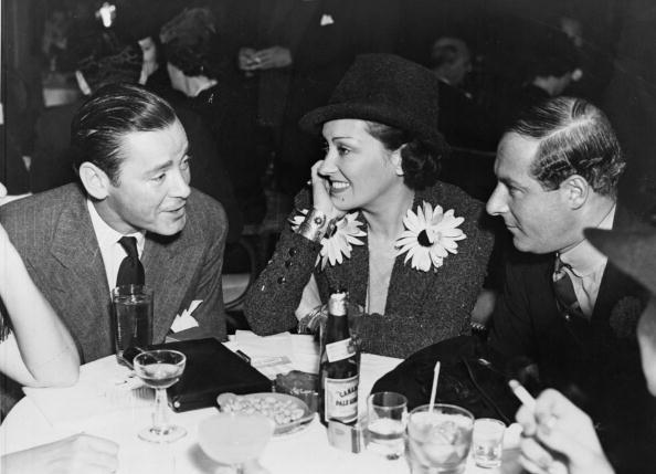 Gloria şi Herbert Marshall (primul de la stânga la dreapta)