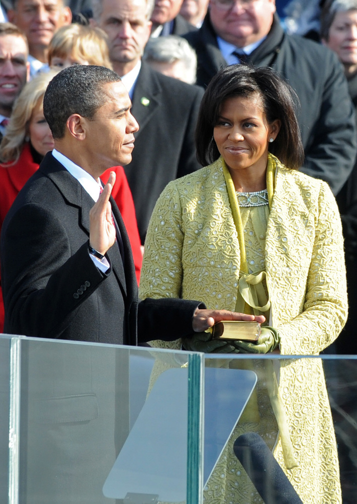 Barack Obama is sworn in as the 44th US president by Supreme Court Chief Justice John Roberts in front of the Capitol in Washington on January 20, 2009.       AFP PHOTO/Paul J. Richards / AFP PHOTO / PAUL J. RICHARDS