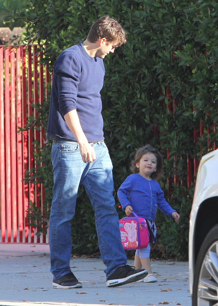 52231029 Actor Ashton Kutcher spotted out with his daughter Wyatt in Studio City, California on November 14, 2016. Ashton showed off a little more then was desired as he got out of the car. He then stopped to chat with a police officer and got his card before heading off on his way. FameFlynet, Inc - Beverly Hills, CA, USA - +1 (310) 505-9876