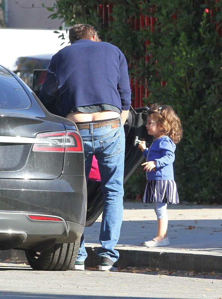 52231018 Actor Ashton Kutcher spotted out with his daughter Wyatt in Studio City, California on November 14, 2016. Ashton showed off a little more then was desired as he got out of the car. He then stopped to chat with a police officer and got his card before heading off on his way. FameFlynet, Inc - Beverly Hills, CA, USA - +1 (310) 505-9876