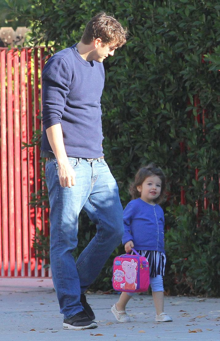 52231028 Actor Ashton Kutcher spotted out with his daughter Wyatt in Studio City, California on November 14, 2016. Ashton showed off a little more then was desired as he got out of the car. He then stopped to chat with a police officer and got his card before heading off on his way. FameFlynet, Inc - Beverly Hills, CA, USA - +1 (310) 505-9876