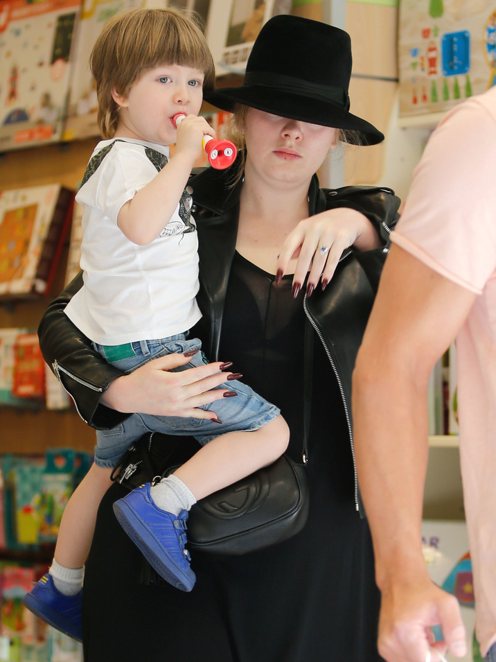 52071396 Singer Adele goes makeup free as she takes her son Angelo shopping at a toy store on May 24, 2016 in Barcelona, Spain. Adele has some extra cash to spend these days after having reportedly switched from independent label XL to signing a $131 million contract with Sony! (which could be the biggest record deal in history if paid out in full) **NO LATIN AMERICA/NO SPAIN/NO PORTUGAL** FameFlynet, Inc - Beverly Hills, CA, USA - +1 (310) 505-9876 RESTRICTIONS APPLY: SEE CAPTION FOR RESTRICTIONS