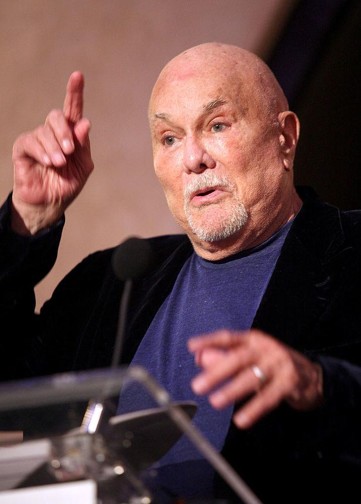Actorul în 2010, anul morţii, afişând un look foarte modificat nu doar de bătrâneţe şi kilogramele în plus, ci şi de chirurgia estetică.