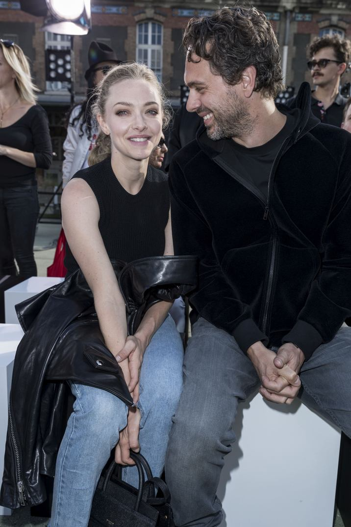 Amanda Seyfried et son ami Thomas Sadoski - People au défilé de mode Givenchy Hommes printemps-été 2017 au Lycée Janson-de-Sailly à Paris, le 24 juin 2016. © Olivier Borde / Bestimage Celebs at Gigenchy Fashion Week Men's Wear Summer/Spring2017 at the Lycee Janson-de-Sailly in Paris on June 24, 2016.