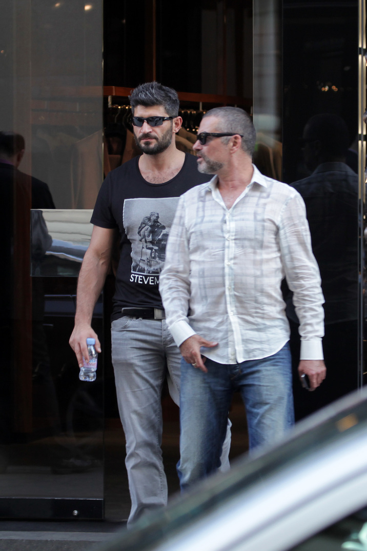 (SEMI EXCLUSIF) - GEORGE MICHAEL ET SON PETIT AMI FADI FAWAZ A PARIS DEJEUNENT EN TERRASSE DU BERKELEY A PARIS PUIS VONT FAIRE DU SHOPPING CHEZ DOLCE & GABBANA LE 23 MARS 2012 SEMI EXCLUSIVE GEORGE MICHAEL AND BOYFRIEND FADI FAWAZ HAVING LUNCH AT BERKELEY IN PARIS AND THEN DOING SOME SHOPPING AT DOLCE & GABBANA ON 23/03/2012