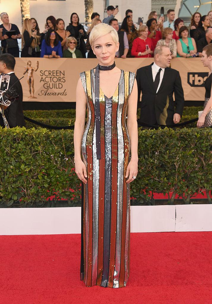 Rochia strălucitoare în dungi argintiu cu auriu Louis Vuitton nu pare că a ajutat-o prea mult.