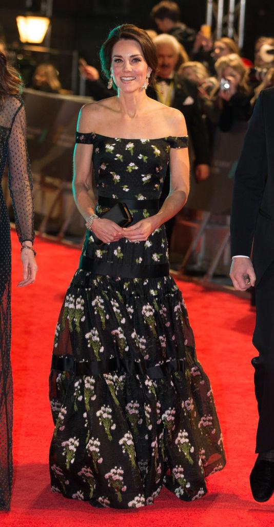 Kate Middleton într-o rochie cu imprimeu floral, pe umeri, creaţie Alexander McQueen.
