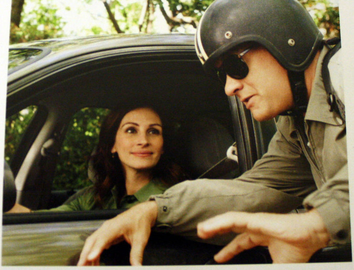 "Julia Roberts as Mercedes Tainot and Tom Hanks as Larry Crowne in ""Larry Crowne"" EDITORIAL USE ONLY FAMOUS PICTURES AND FEATURES AGENCY 13 HARWOOD ROAD LONDON SW6 4QP UNITED KINGDOM tel +44 (0) 20 7731 9333 fax +44 (0) 20 7731 9330 e-mail info@famous.uk.com www.famous.uk.com"