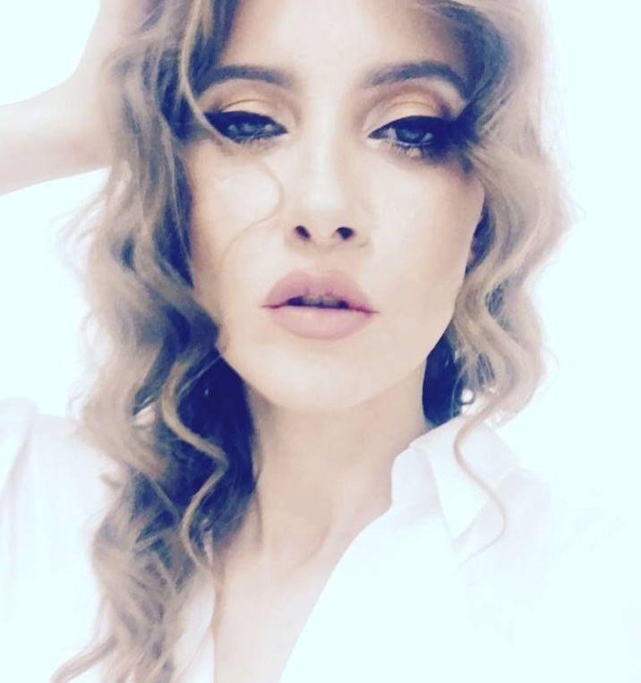 Iulia Albu natural