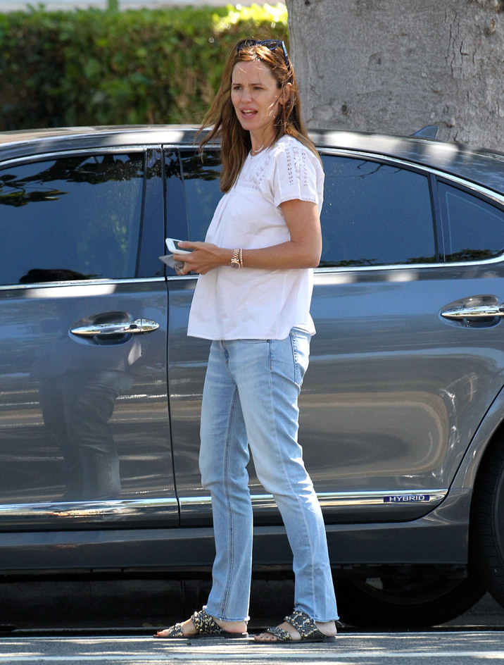 51870702 Newly single actress and busy mom Jennifer Garner is spotted out and about in Santa Monica, California on October 5, 2015. Jennifer, who recently called it quits with husband Ben Affleck, could be seen without her wedding ring during the outing. FameFlynet, Inc - Beverly Hills, CA, USA - +1 (818) 307-4813