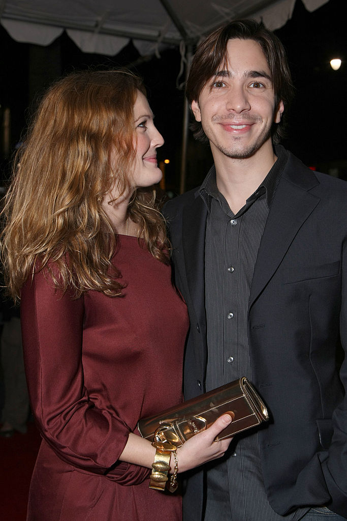 "HOLLYWOOD - JANUARY 28: Actress Drew Barrymore and actor Justin Long arrive at Picture House's premiere of ""Vince Vaughn's Wild West Comedy Show"" on January 28, 2008 in Hollywood, California. (Photo by Alberto E. Rodriguez/ Getty Images)"