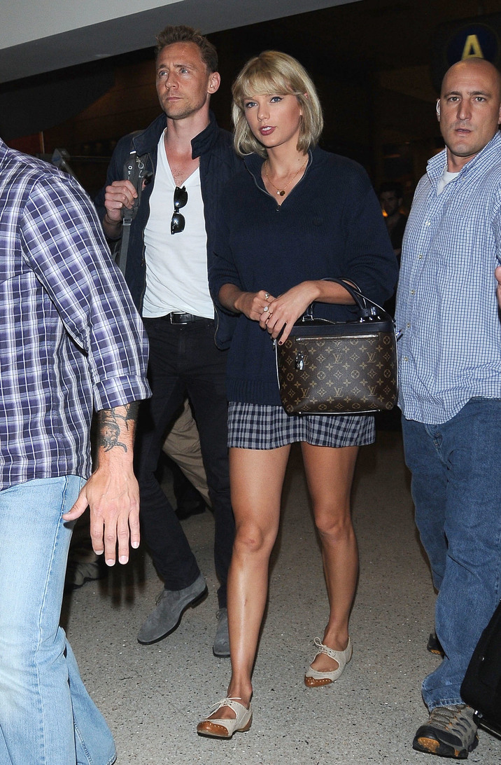 52114338 Couple Taylor Swift and Tom Hiddleston are seen arriving on a flight at LAX airport in Los Angeles, California on July 6, 2016. The pair were returning from Rhode Island where Taylor had a 4th Of July Party. FameFlynet, Inc - Beverly Hills, CA, USA - +1 (310) 505-9876