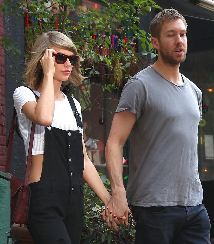 Taylor Swift et son petit-ami Calvin Harris sortent d'un restaurant à New York, le 28 mai 2015. Taylor Swift with her boyfriend Calvin Harris are seen coming out from a restaurant in the West Village district in New York, on May 28 2015.