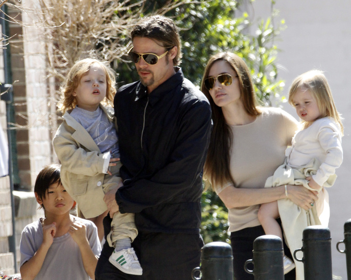 Brad Pitt and Angelina Jolie go for a walk with their six children Maddox, Pax, Zahara, Shiloh, Knox, and Vivienne in their neighborhood in New Orleans, LA, USA on March 20, 2011. Photo by Mehdi Taamallah/ABACAUSA.com  | 268022_013 New Orleans Nouvelle Orleans