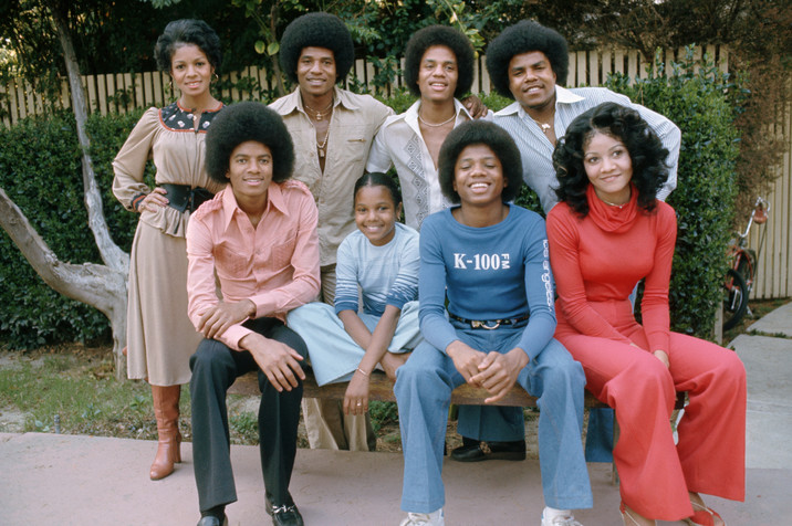 ca. 1978, Los Angeles, California, USA --- The brothers and sisters of the Jackson Family in their backyard. Top left to right: Rebbie Jackson, Jackie Jackson, Marlon Jackson, Tito Jackson. Bottom left to right: Michael Jackson, Janet Jackson, Randy Jackson, LaToya Jackson --- Image by © Neal Preston/Corbis