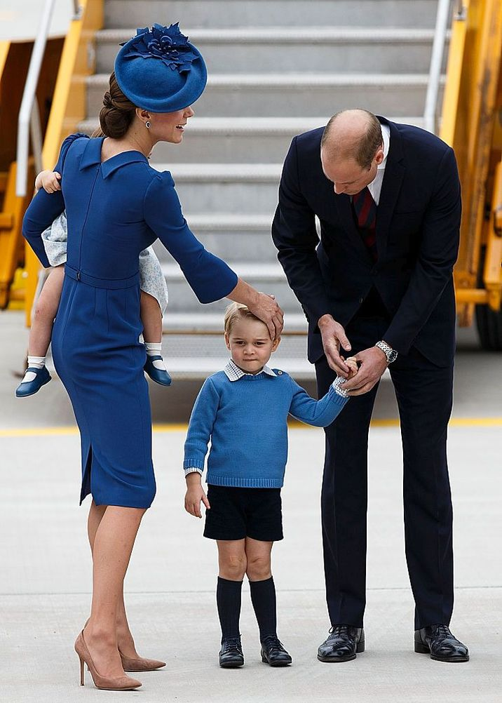VICTORIA, BC - SEPTEMBER 24:  (L-R) Catherine, Duchess of Cambridge, Prince George of Cambridge and Prince William, Duke of Cambridge arrive at 443 Maritime Helicopter Squadron on September 24, 2016 in Victoria, Canada.  (Photo by Andrew Chin/Getty Images)